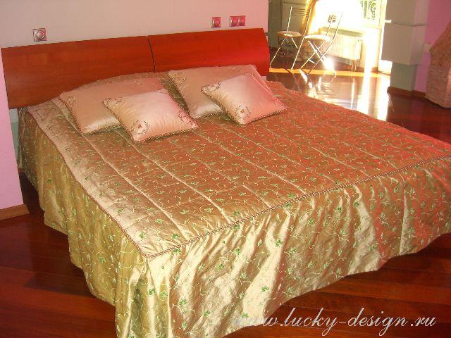 подушки и покрывала на большую кровать