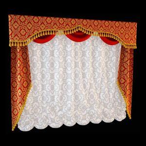 Соразмерное комбинирование прямого ламбрекена из орнаментированной ткани с однотонными шёлковыми гирляндами удачно дополняет необычное оформление боковых штор. Фигурный край полосы ламбрекена и скошенный срез боковых полотен украшает золотистая бахрома, объединяющая элементы разнообразные кроем, текстурой и цветом в единый ансамбль.
