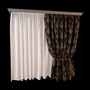 Пример удачного дополнения белоснежной гардины прямого кроя широкой узорчатой портьерой на подкладке. Комплект не перегружен декоративными дополнениями. Однотонный багетный карниз, тонированный в оттенках бронзы, подчёркивает эффектное оформление портьерной ткани, богато орнаментированной в лучших традициях барокко. Комплект предназначен для окна спальни классического стиля.