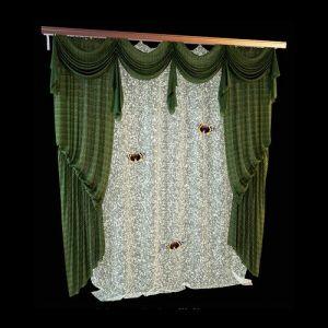 Изящная форма однотонных портьер из зелёного шёлка образуется за счёт использования итальянской шнуровки. Мягкий ламбрекен из той же ткани эффектно дополняет линии боковых драпировок. Симметричные сваги приоткрывают верхний край ажурной гардины, украшенные галстуками из той же ткани, элементы ламбрекена сочетаются в декоративной завершённости. Комплект смотрится мило и непринуждённо благодаря дополнению белоснежного ажура пёстрыми бабочками.