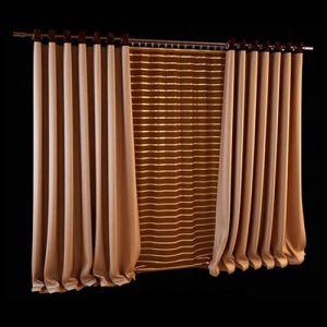 Создать иллюзию визуально более широкого окна поможет акцентирование горизонтальных линий в оформлении. Тёмная гардина с золотистыми полосами на фоне обрамляющих её портьер светлого оттенка бронзы является тем самым элементом декора, задающим нужный акцент. Цветовая палитра представленного комплекта располагает к отдыху, идеально подходит для оформления окон спальни или гостиной.