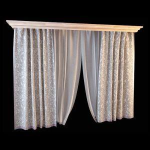 Элегантный комплект состоит из серебристых портьер с растительным орнаментом и прозрачных гардин лаконичного кроя. Дополнение боковых штор лиловой окантовкой подчёркивает пластичность ткани в мягких складках, невесомая прозрачная гардина привносит в оформление лёгкость. Обилие светлого текстиля в декоре окон рекомендуется для оформления гостиной, столовой, детской.