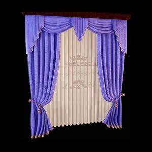 Многослойный ламбрекен василькового цвета образован струящимися каскадами, полукругами свагов и центральным элементом кокилье. Эффектный рисунок драпировки раздвижных портьер и нежнейшей белой занавески образуется за счёт использования шторной ленты для байтовых складок. Отделка низа портьер золотистым кантом подчёркивает пластичность ткани.
