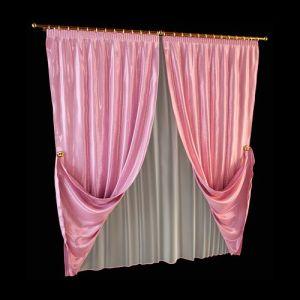 Классические портьеры из розового шёлка эффектны глубиной цвета, особой пластичностью струящихся каскадов и гладкой фактурой. Золотистый в оформлении декоративных держателей и крепёжных деталей привносит торжественные нотки в оформление. Нежная текстура полупрозрачной белой гардины удачно сочетается с гладью шёлка, способствует наполнению комнаты светом.