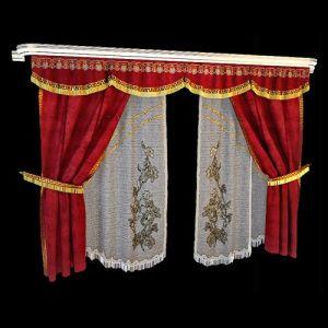 Раздвижные портьеры из бордового бархата дополнены боковой окантовкой со стилизованным римским орнаментом. Такой же декоративный бордюр, но дополненный золотистой бахромой, используется для отделки подхватов и фигурного края ламбрекена. Позолота в рисунке тонких узорчатых гардин объединяет элементы в гармоничном сочетании.