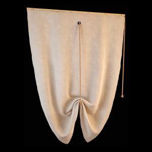 Упрощённая разновидность плоской лондонской шторы. Лаконичное кроем однотонное полотно из мягкой ткани песочного оттенка крепится в пределах оконной рамы, в поднятом положении ткань присобирается, образует эффектную драпировку. Текстильное оформление такого рода созвучно минималистичному стилю хай тек.