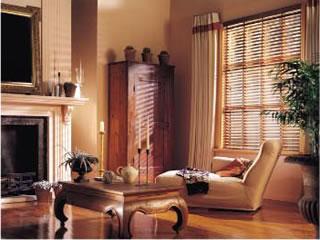 горизонтальные деревянные жалюзи в гостиную
